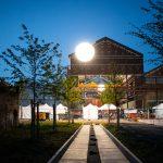 La halle F8 et les espaces publics éclairés sur le cours Jean-François Cail ©Morgan Lhomme